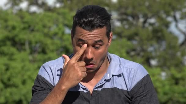 Hispánský muže alergické podráždění