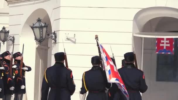 Záběry z mění stráž před Grasalkovičův palác, Bratislava, Slovensko