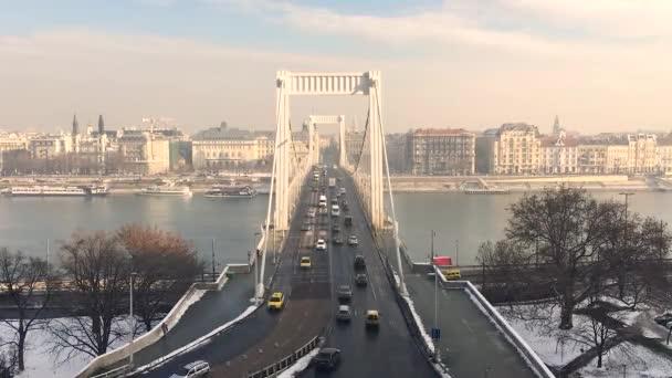Idő telik el az Elizabeth híd forgalmat hozott a Budai Várban, Budapesten