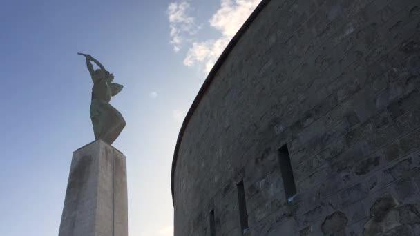 Idő telik el a magyar Szabadság-szobor felhők a Gellért-hegy és a szobor, Budapest, utas, Magyarország.