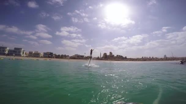 Jeden musí dělat věci v Dubaji je Flyboard vody Jet Pack Dubaj vodní sport. Šťastná žena na dovolené