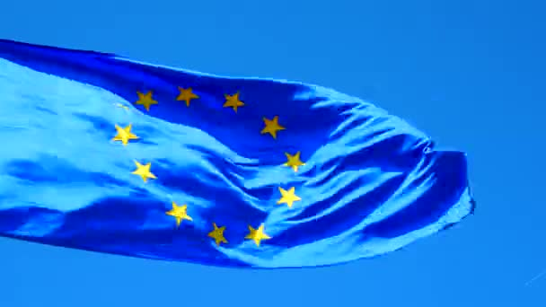 Európai zászló árboc a szél. Kék zászló a sárga csillag kör.