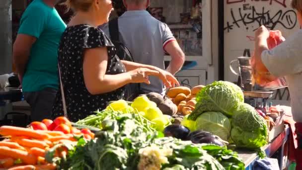 Nő értékesítés saját bio zöldség piac helyén egy másik személlyel