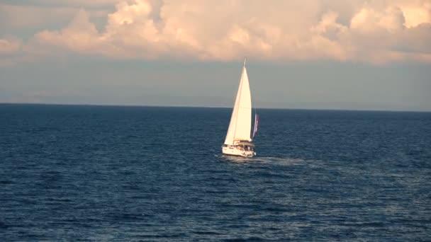 Vitorlás, vitorlázás, tengeri horizont lassítva felé,