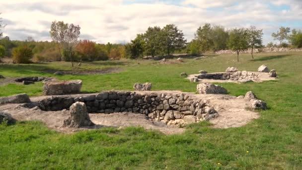Historické nálezy kamenných vrtů v cista prova poblíž města Imotski, Chorvatsko.