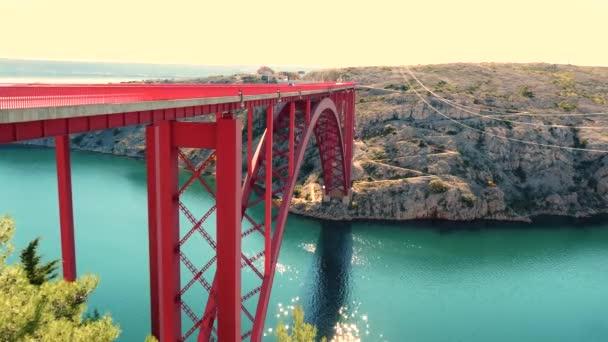 Záběry z červeného mostu Maslenica v Chorvatsku. výlet do Chorvatska.