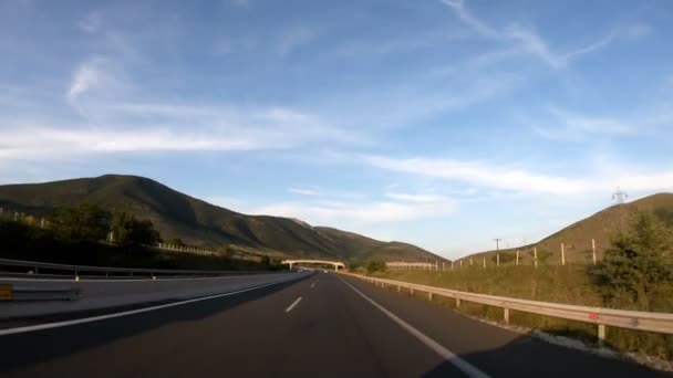 Jízdy na dálnici, pozdě odpoledne před západem slunce, čelní pohled, v fotoaparát stabilizátor, žádný post editaci, videa 4k 3840 x 2160