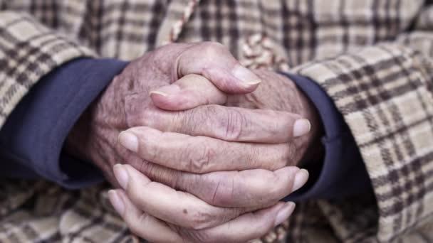 Ruce staršího staršího muže, zavřít video s pomalým pohybem