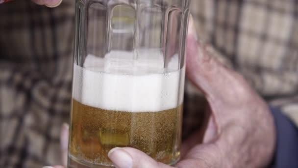 Senior idős ember, ömlött a sör az üveg, közelről Slow Motion Video
