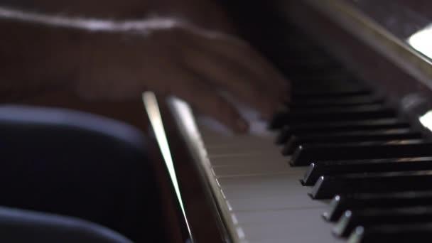 Zenész játszik zongora, a Slow Motion Video, a szobában természetes fénnyel
