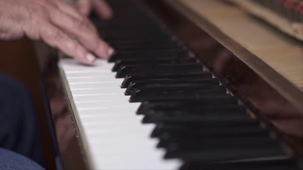 Zenész játszik zongora, közelről lövés sekély mélységélesség