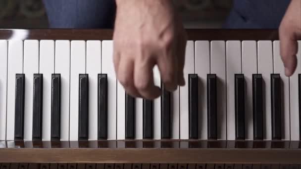 Zenész játszik zongora, felülnézet közepes shot sekély mélységélesség