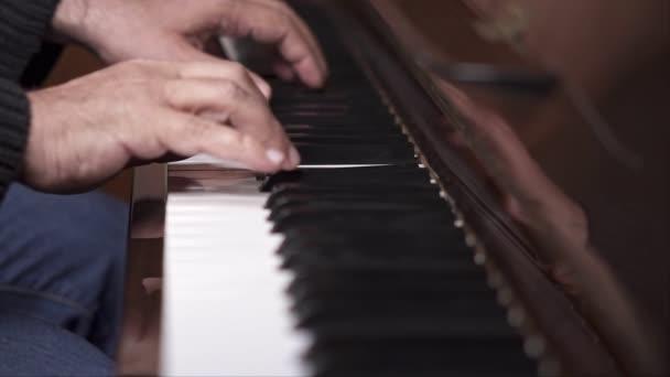 Zenész játszik nyílt zongora, lassított Top View közepes shot sekély mélységélesség