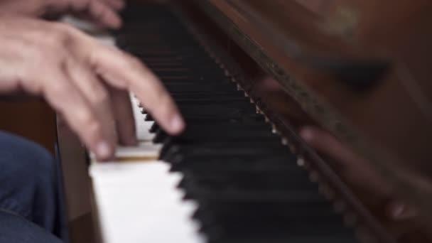 Musiker spielt offenes Klavier, Zeitlupe von oben, mittlere Aufnahme mit geringer Schärfentiefe