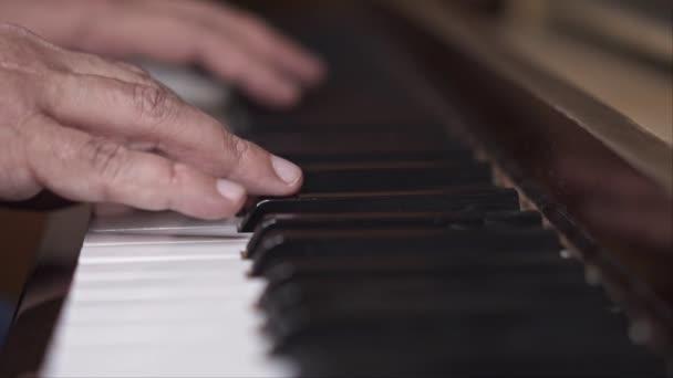Pianist performt, Nahaufnahme, Zeitlupenaufnahme mit geringer Schärfentiefe