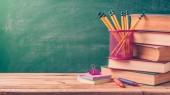 Fotografie Zpátky do školy pozadí s tužky a staré knihy nad tabuli