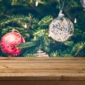 Vánoční pozadí s prázdnou dřevěný stůl nad vánoční strom dekorace.