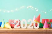 2020 pozadí nového roku na dřevěném stole