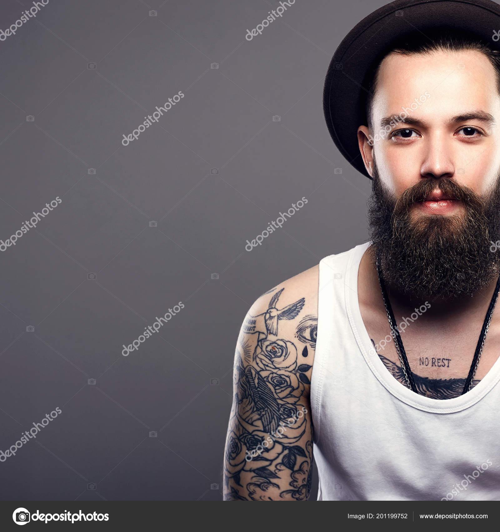 Guapo Hombre Barbudo Con Sombrero Chico Hipster Brutal Con Tatuaje — Foto  de Stock 310d6bb71a9