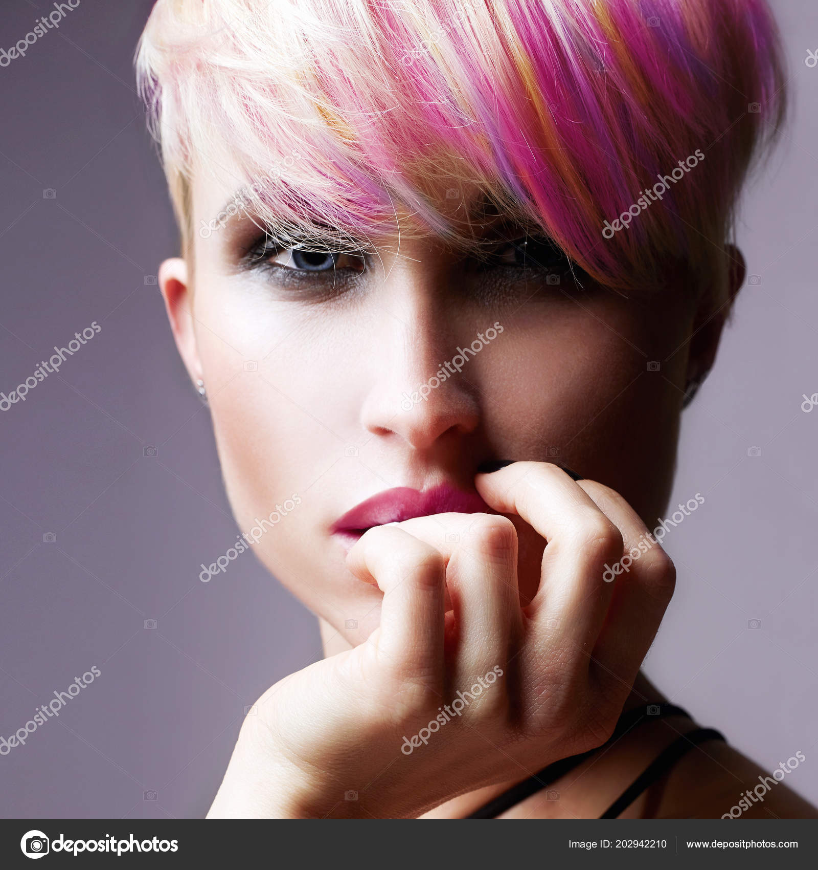 Kurze Haare Madchen Beauty Fashion Modell Madchen Mit Bunt Gefarbten