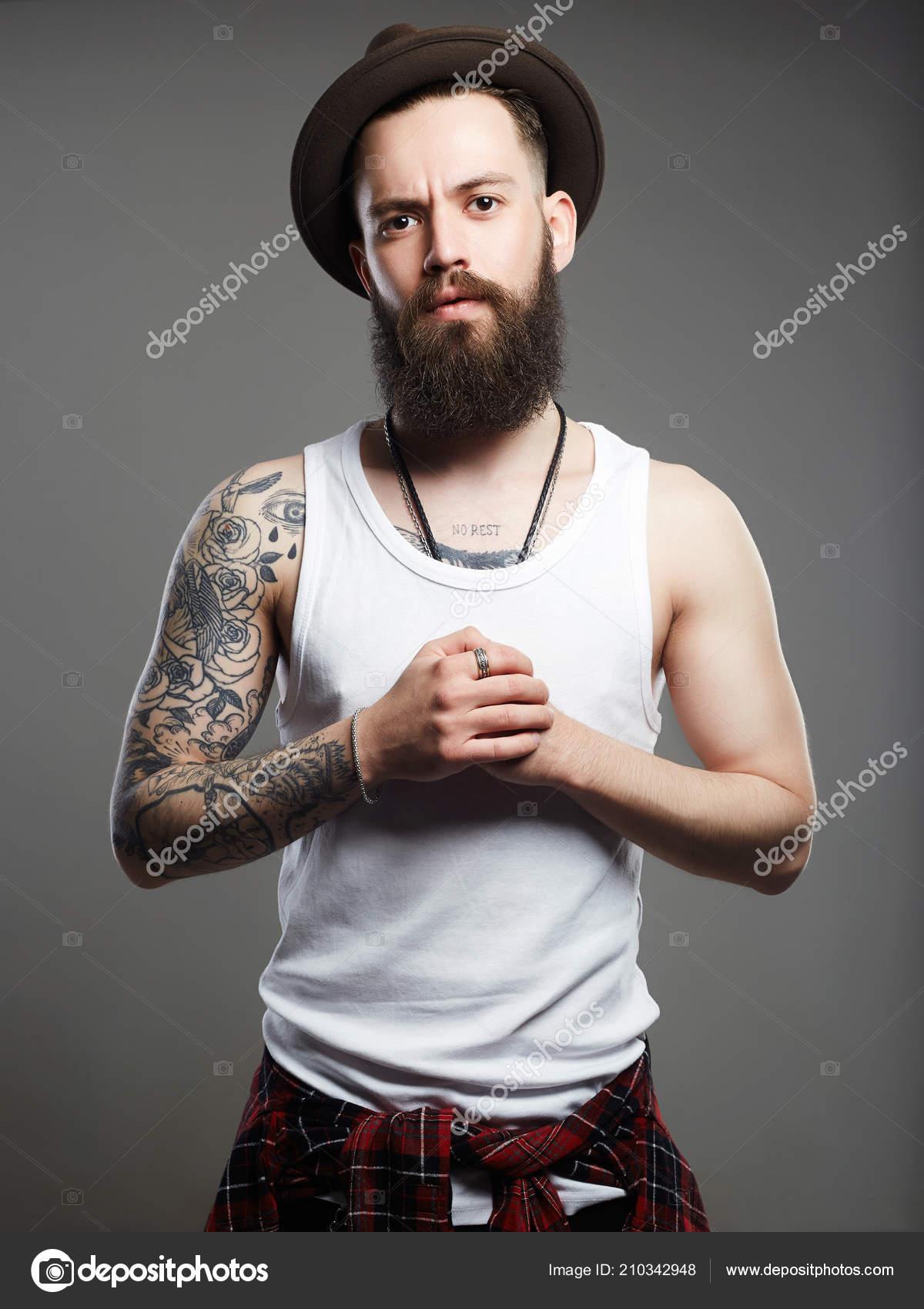 Guapo Hombre Barbudo Con Sombrero Chico Hipster Brutal Con Tatuaje — Fotos  de Stock 53bab9133e6