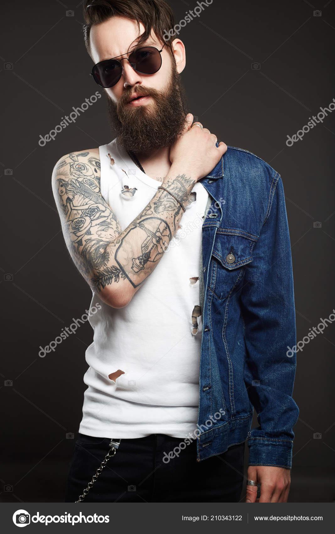 Moda Hombre Guapo Con Tatuajes Gafas Sol Hipster Barba Sexy — Fotos de Stock e2a610bf959