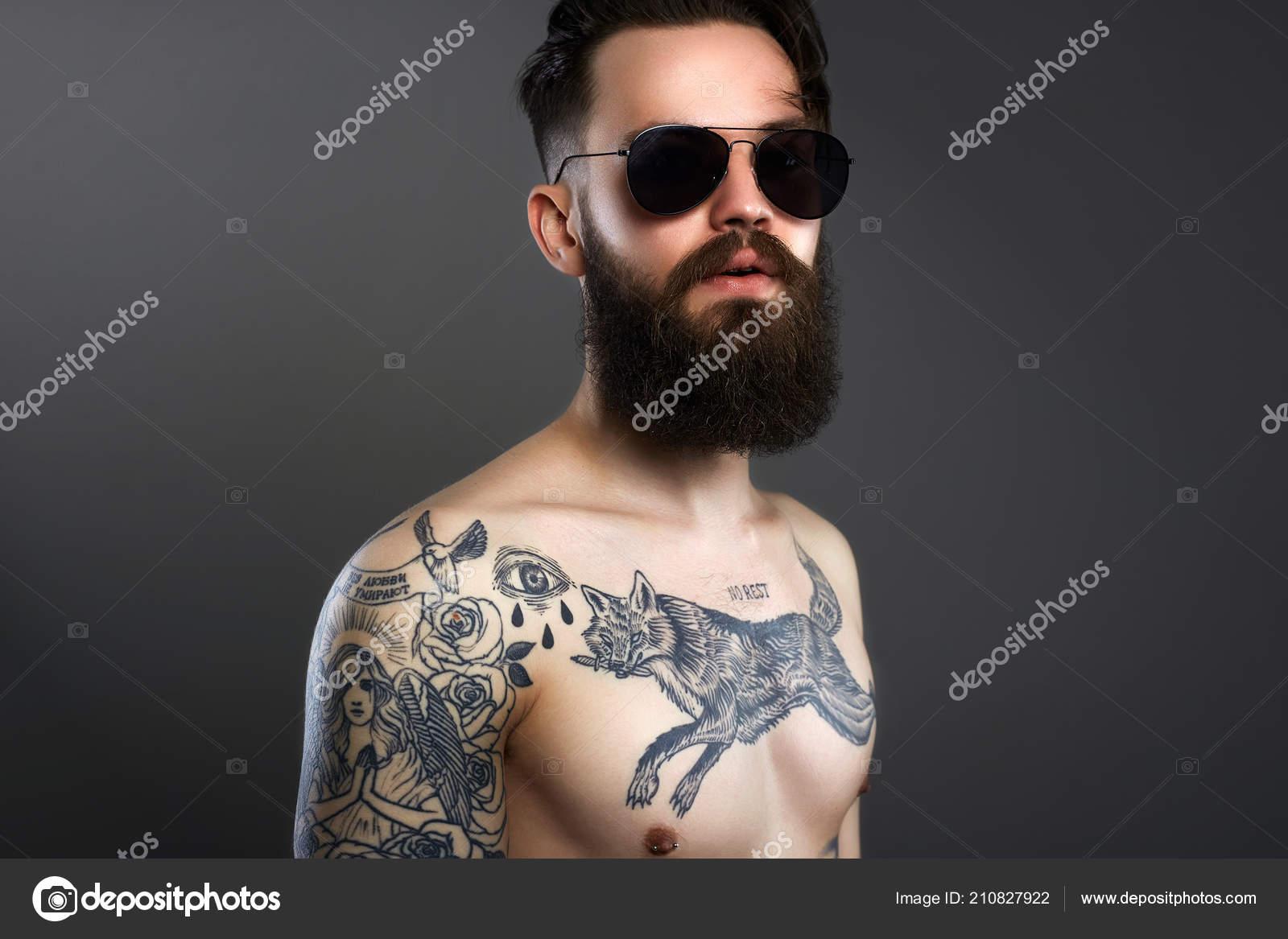Hombre Guapo Con Barba Gafas Sol Cuerpo Hombre Joven Desnudo — Foto ... 652c76062b1