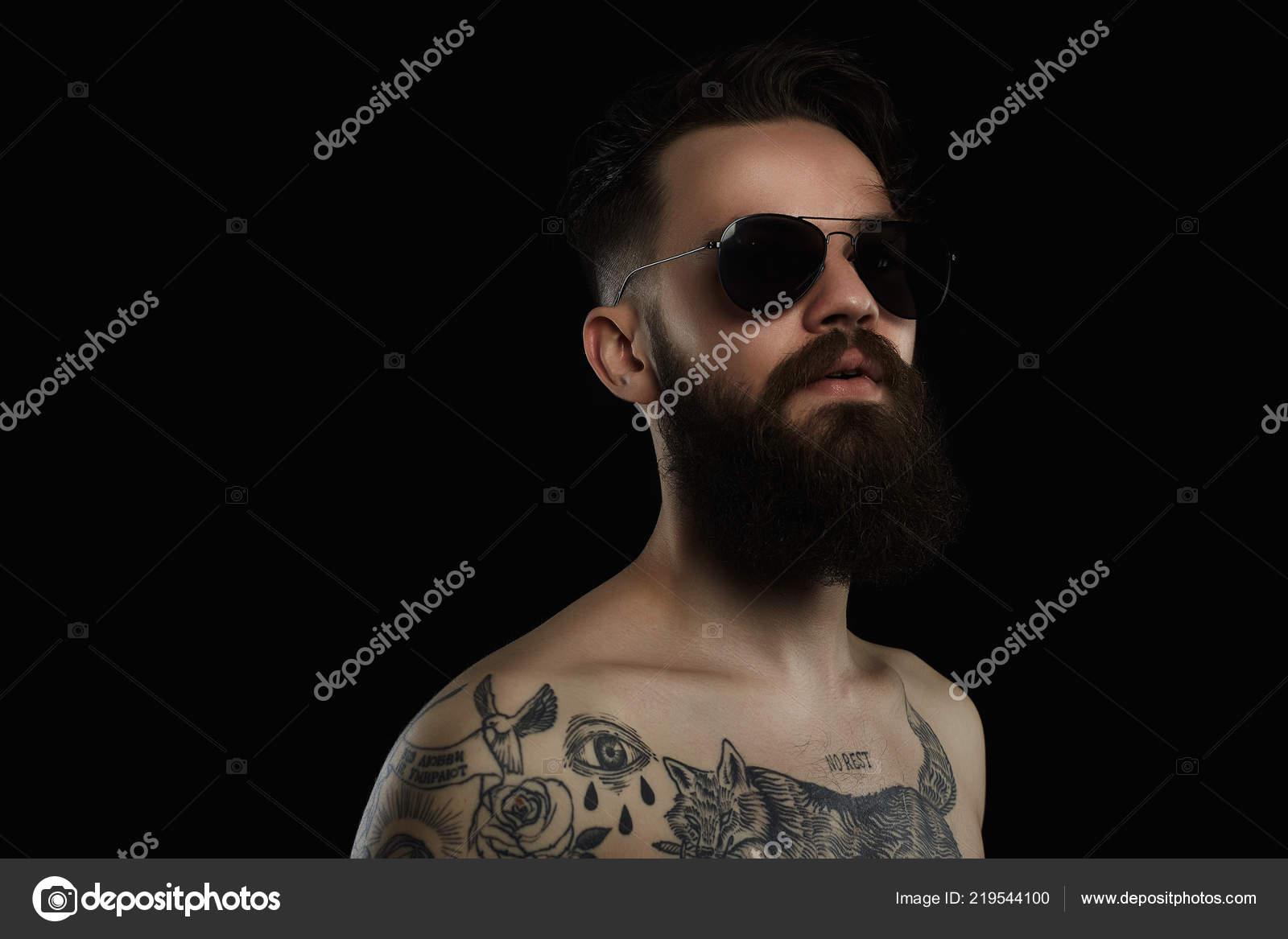 Hombre Guapo Con Barba Gafas Sol Cuerpo Hombre Joven Desnudo — Fotos ... d227ac8442c