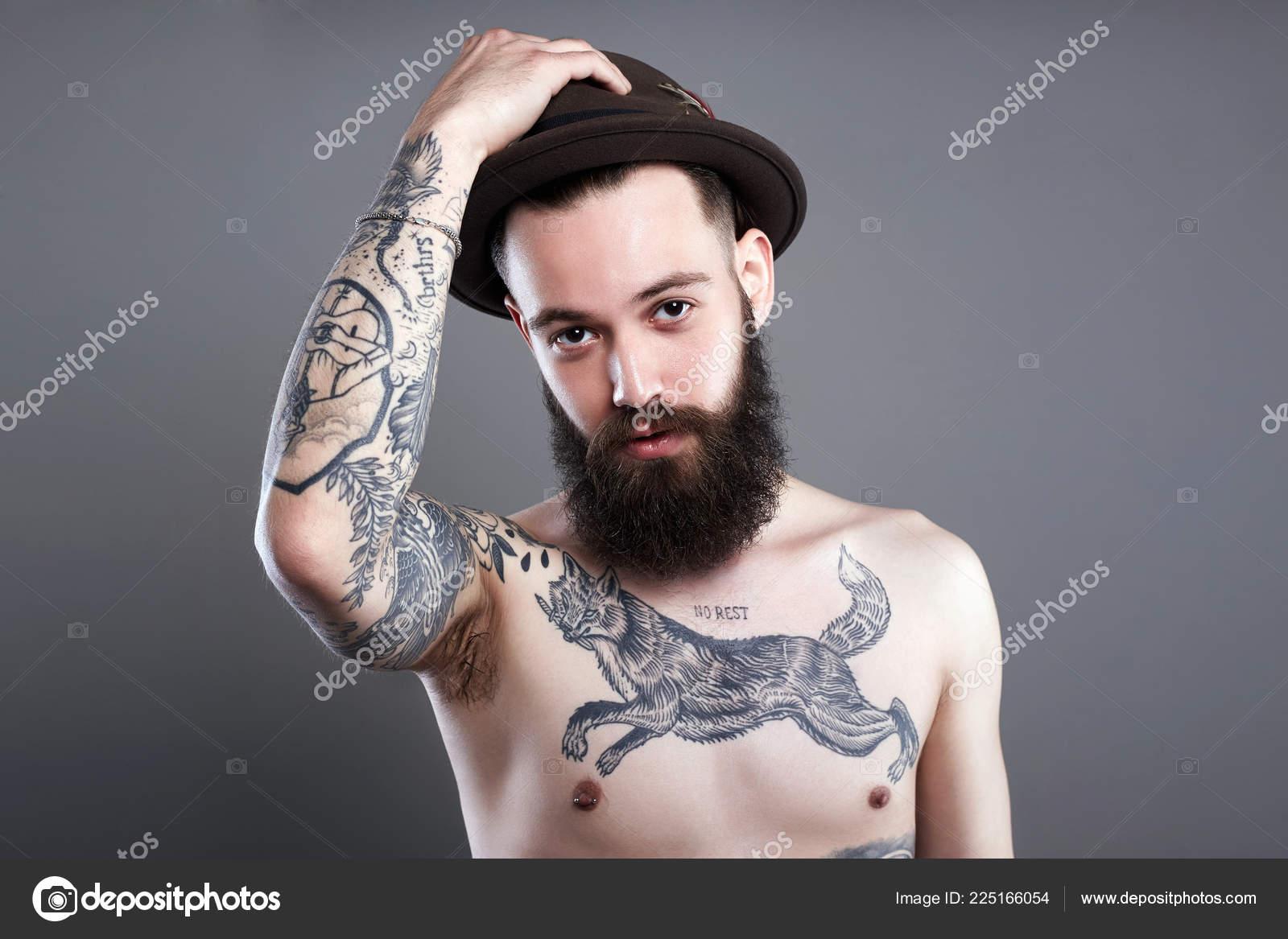 Guapo Hombre Barbudo Con Sombrero Chico Hipster Con Cuerpo Tatuaje — Foto  de Stock cdf3f118936