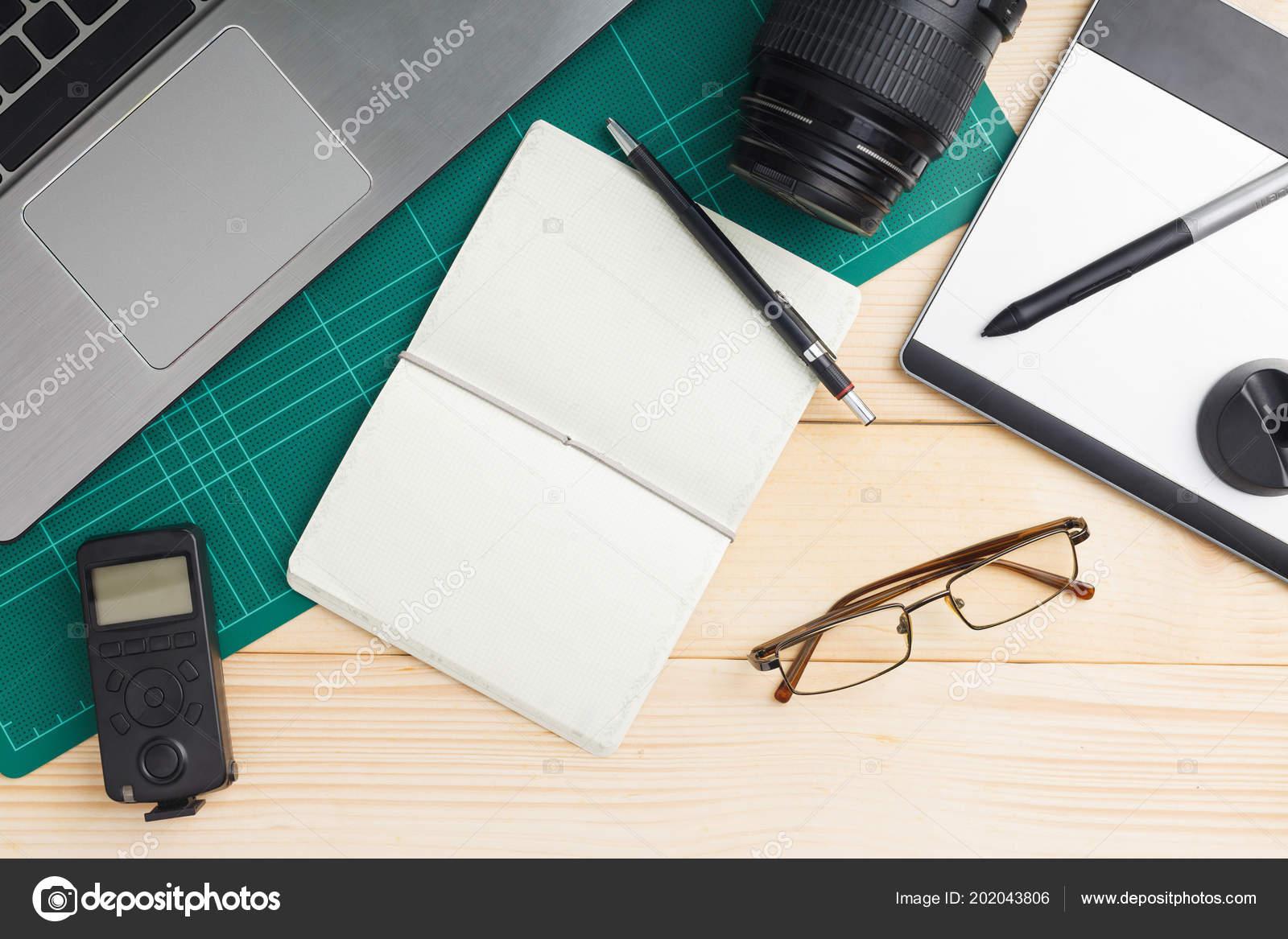 Vue dessus bureau trucs les gadgets sur bureau bois avec