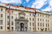 Matyášova brána Nového královského paláce Nový kralovský palác a vlajky EU a České republiky na vlajkovém stožáru