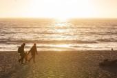 glückliche Familie besuchen Pazifik in Kalifornien