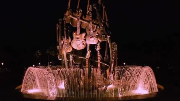 Orlando, Florida. 20. března 2019. Osvětlená kytarová fontána v Hard Rock hotelu v oblasti Universal Studioos.