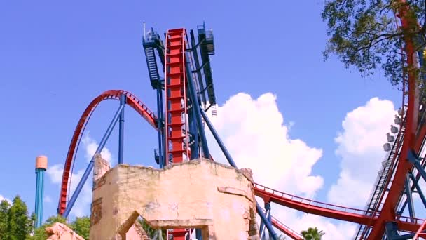 Tampa Bay, Florida. 29. dubna 2019. Neuvěřitelná brusná dráha Sheikra na světle modré oblačné pozadí v Busch Gardens. (2)