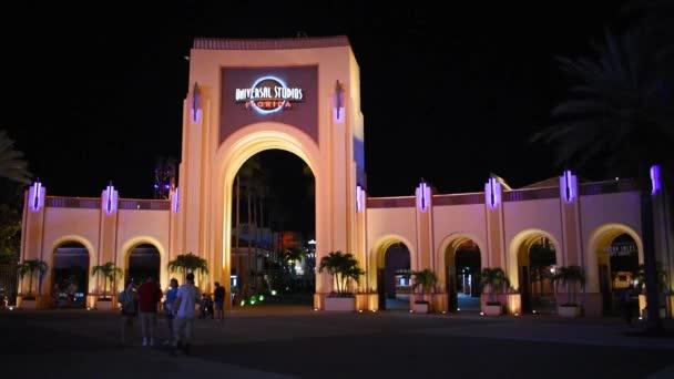 Orlando, Florida. 21. května 2019. Lidé, kteří chodí po klenbu a ohňostrojích Universal Studios na Citywalk v oblasti Universal Studios.