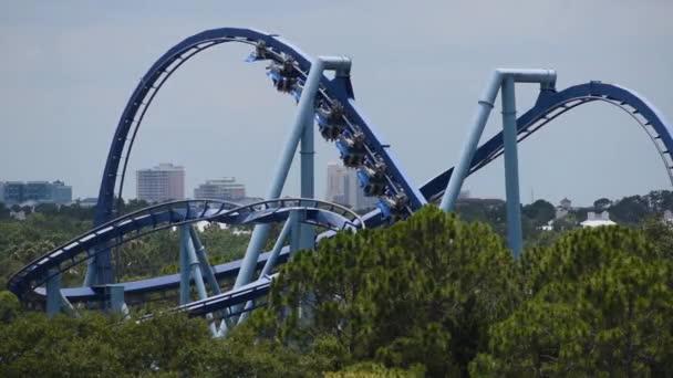 Orlando, Florida. * Červen 03, 2019. Lidé se baví úžasných manta ray rollercoastru na planetě 2.