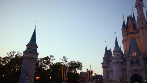 Orlando, Florida. * Červen 03, 2019. Pohyb kamery 180 v zámku Cinderella v Magic Kingdom.
