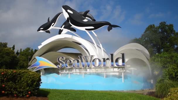Orlando, Florida, 13. července 2019. Postavy z mořského světa a velryby na světle modré oblačné pozadí 1