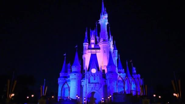 Orlando, Florida. 10. července 2019. Panoramatický pohled na osvětlený hrad Cinderella v Magic Kingdom..