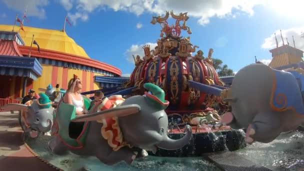 Orlando, Florida. 29. září2019. Lidé si užívají Dumbo létající slon v magické kráse (3).