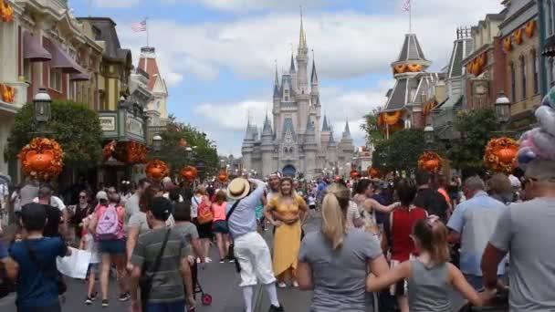 Orlando, Florida. 29. září2019. Pár focení na hlavní ulici s pozadím hradu Popelka v Magic Kingdom.