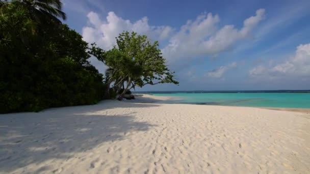 Tropická Pláž na ostrově Malediv. Bílá písečná pláž.