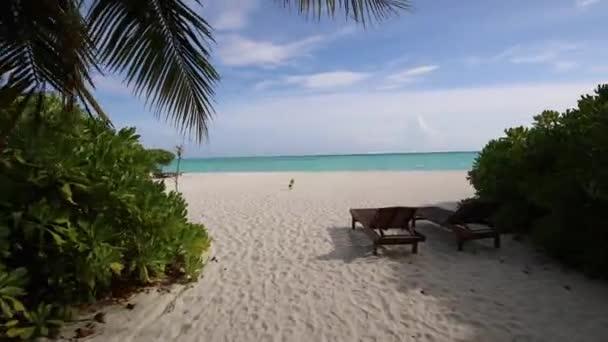 Maldív-szigetek gyönyörű strand háttér fehér homokos trópusi paradicsom sziget az égszínkék tenger vizes óceánt 4k