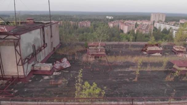 Pripjat, Ukraine, Luftaufnahme über dem Zeichen der UdSSR auf dem Dach eines Gebäudes in Geisterstadt. Sowjetisches Wappen auf einem Betongebäude in Pripjat, Blick von der Drohne 4k.. mp4