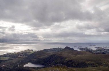 """Картина, постер, плакат, фотообои """"горы у моря в норвежском лоффенхайме в пасмурный день """", артикул 237205780"""