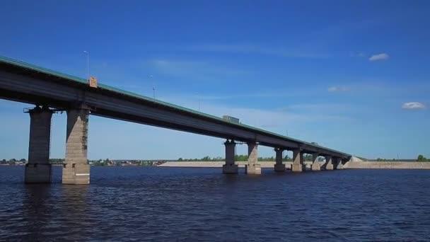 plavit se lodí po řece pod mostem