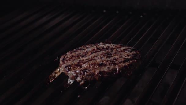 Kuchař, takže burger. Vaření hamburger. Hovězí nebo vepřová kotleta grilování na roštu. 4k