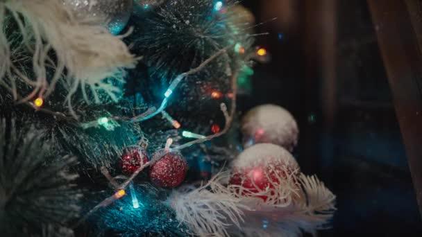 Closeup. Vánoční stromečky. Dekorační hračky. Šťastný nový rok osvětlení