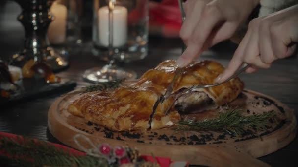 Closeup mužských rukou pomocí nůž a vidličku, zatímco řezání první sousto z lahodné hovězí steak podávaný s grilovanou zeleninou