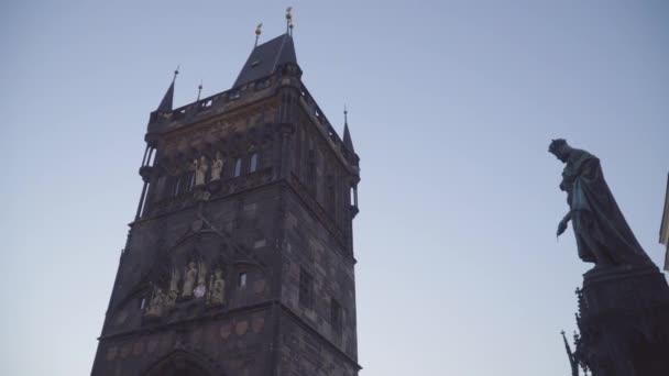 nedaleko staré městské věže na Karlově mostě v Praze, České republice